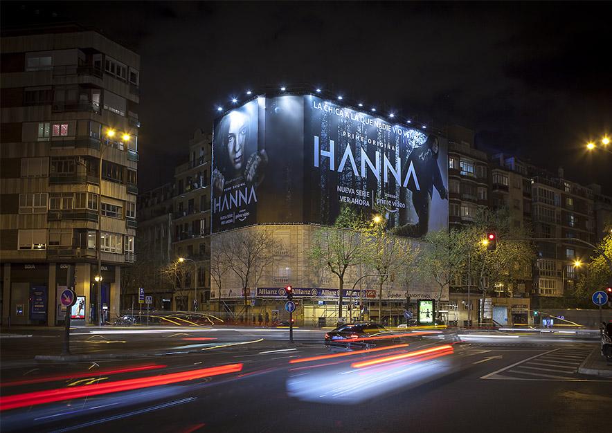 lona-publicitaria-madrid-general-pardinas-107-amazon-hanna-abril-noche-vsa-comunicacion