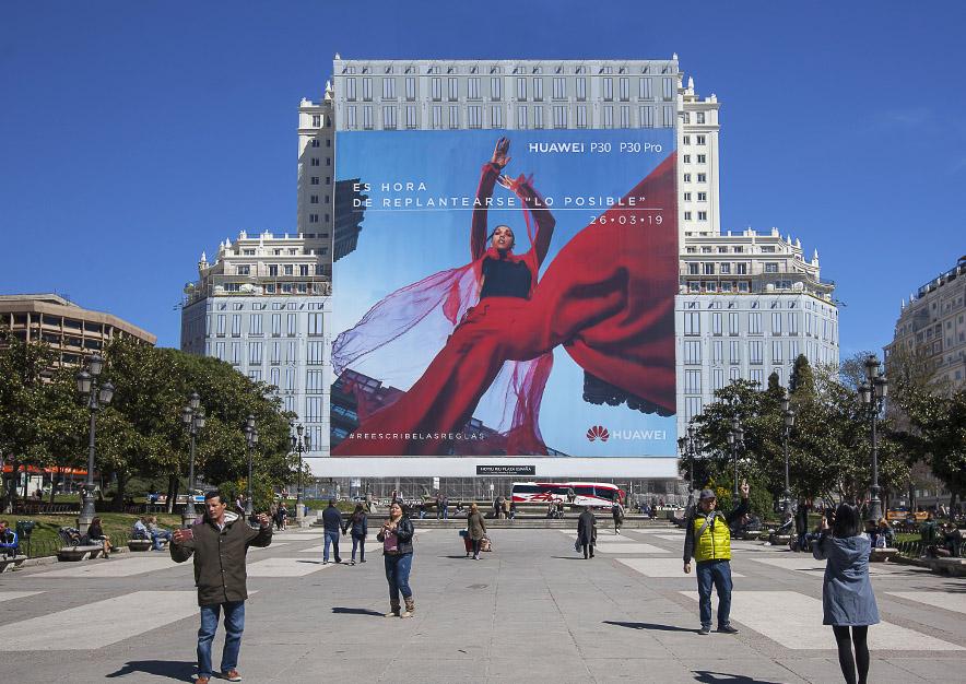 lona-publicitaria-madrid-plaza-espana-marzo-p30-huawei-dia-vsa-comunicacion