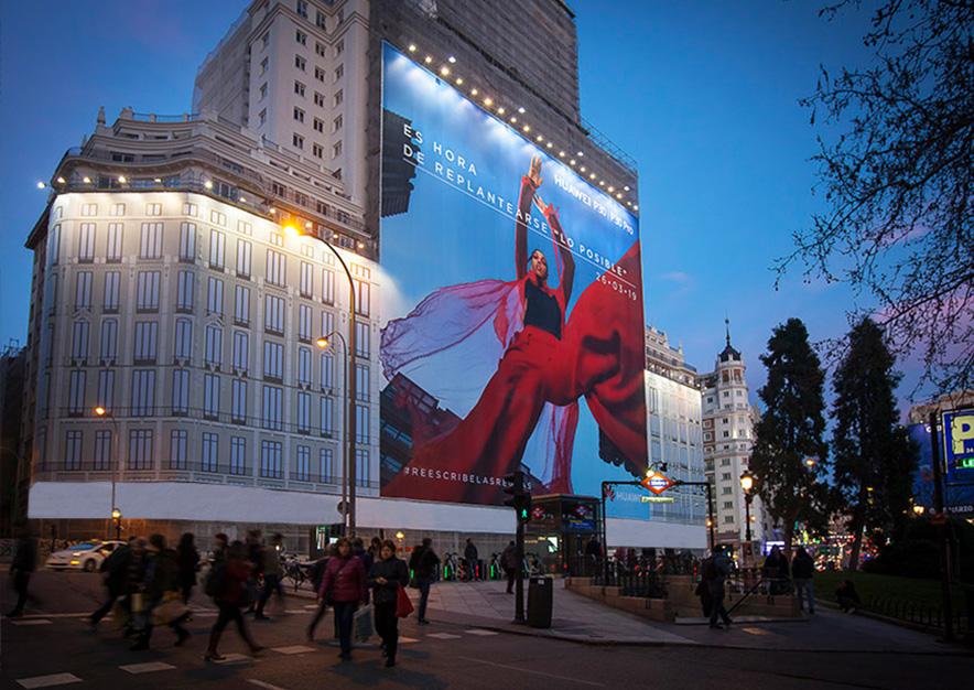 lona-publicitaria-madrid-plaza-espana-marzo-p30-huawei-noche-vsa-comunicacion