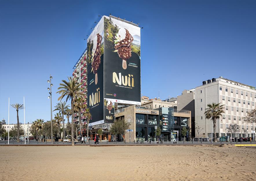 lona-publicitaria-barcelona-plaza-del-mar-1-nestle-nuii-dia-vsa-comunicacion