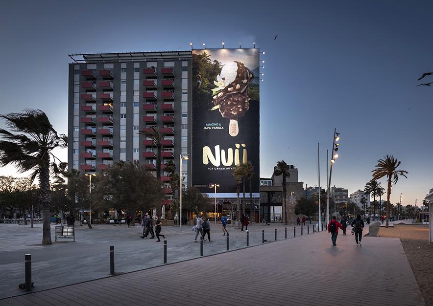 lona-publicitaria-barcelona-plaza-del-mar-1-nestle-nuii-noche-vsa-comunicacion