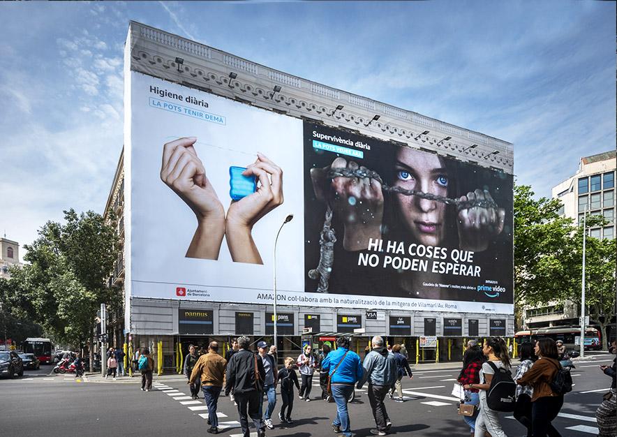 lona-publicitaria-barcelona-plaza-urquinaona-12-amazon-prime-hanna-dia-vsa-comunicacion