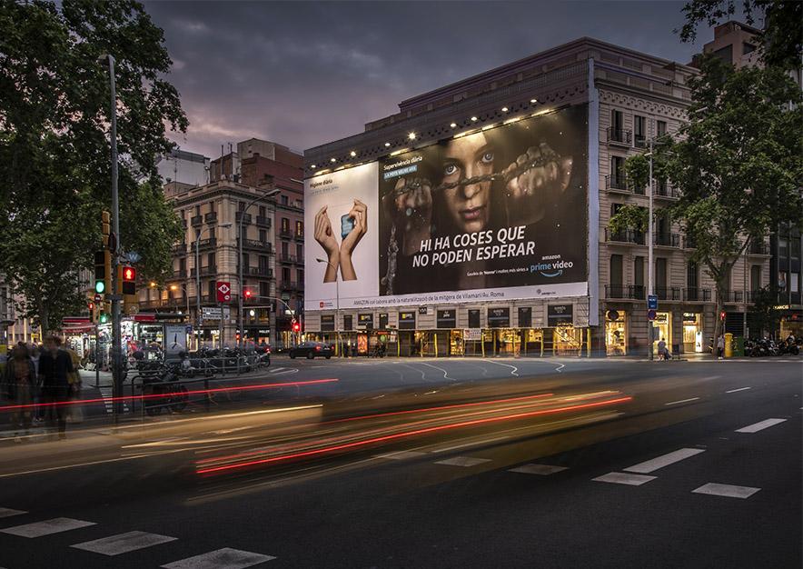 lona-publicitaria-barcelona-plaza-urquinaona-12-amazon-prime-hanna-noche-vsa-comunicacion