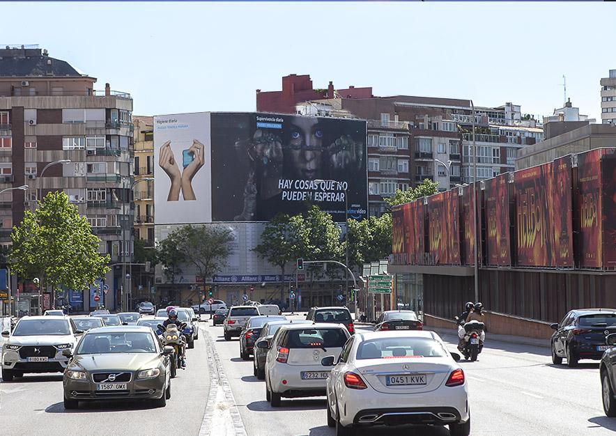 lona-publicitaria-madrid-general-pardinas-107-amazon-hanna-mayo-dia-vsa-comunicacion