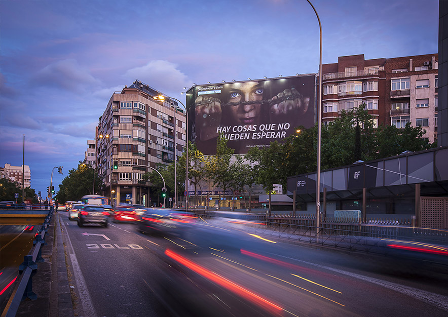 lona-publicitaria-madrid-general-pardinas-107-amazon-hanna-mayo-noche-vsa-comunicacion