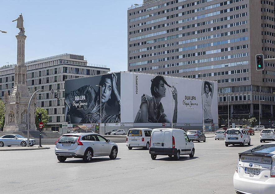 lona-publicitaria-madrid-plaza-colon-mayo-pepe-jeans-dia-vsa-comunicacion