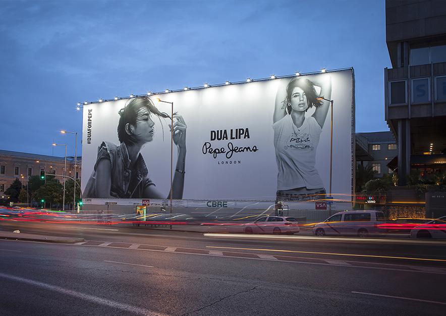 lona-publicitaria-madrid-plaza-colon-mayo-pepe-jeans-noche-vsa-comunicacion
