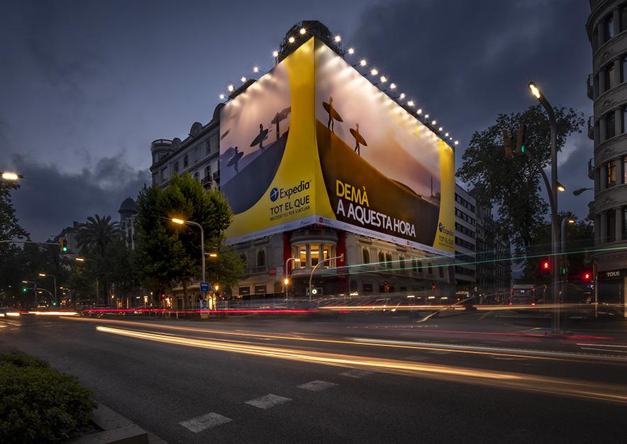 lona-publicitaria-barcelona-avenida-diagonal-482-expedia-noche-vsa-comunicacion