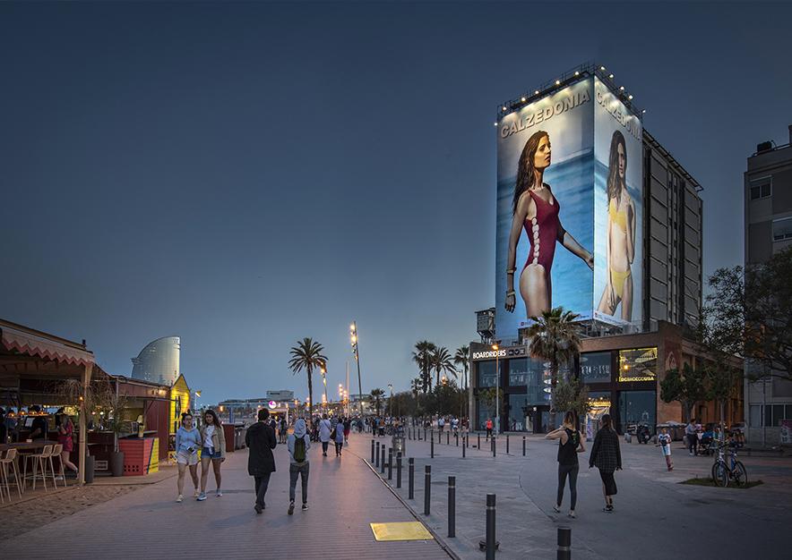 lona-publicitaria-barcelona-plaza-del-mar-1-calzedonia-noche-vsa-comunicacion