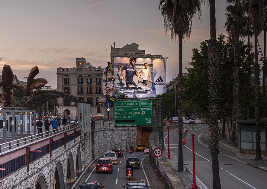 lona-publicitaria-barcelona-reina-cristina-adidas-noche-vsa-comunicacion