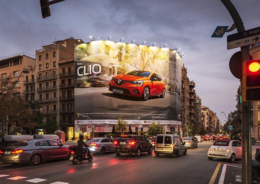 lona-publicitaria-barcelona-balmes-64-renault-clio-noche-vsa-comunicacion