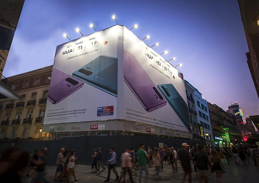 lona-publicitaria-madrid-preciados-13-huawei-noche-vsa-comunicacion