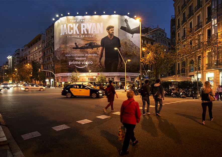 lona-publicitaria-barcelona-balmes-64-amazon-noche-vsa-comunicacion