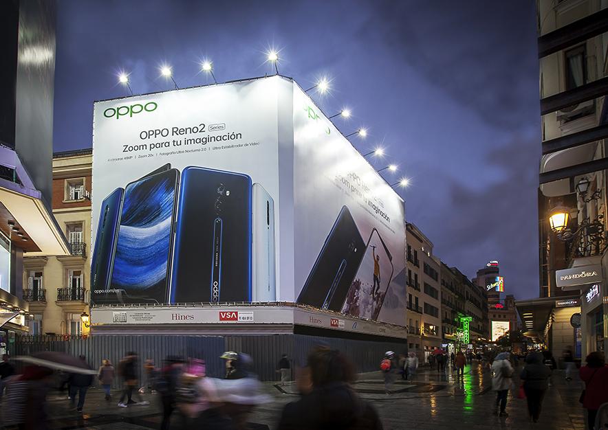 lona-publicitaria-madrid-preciados-13-oppo-noche-vsa-comunicacion