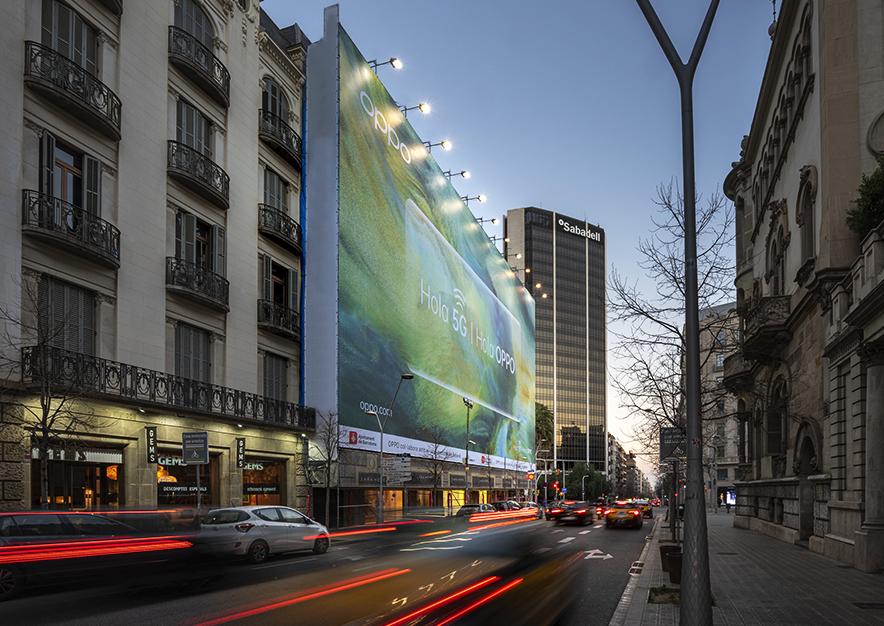 lona-publicitaria-barcelona-avenida-diagonal-490-febrero-oppo-5G-noche-vsa-comunicacion