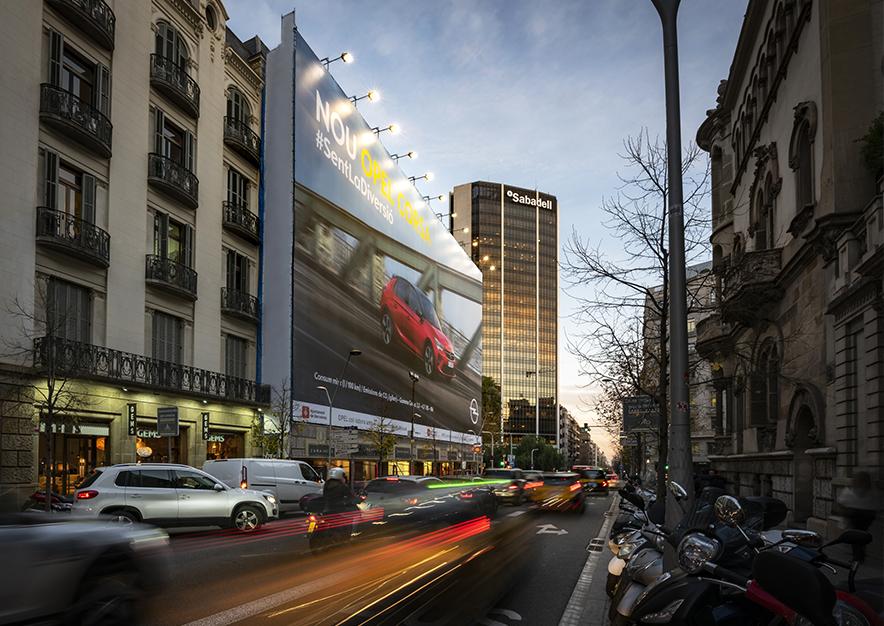 lona-publicitaria-barcelona-avenida-diagonal-490-opel-noche-vsa-comunicacion