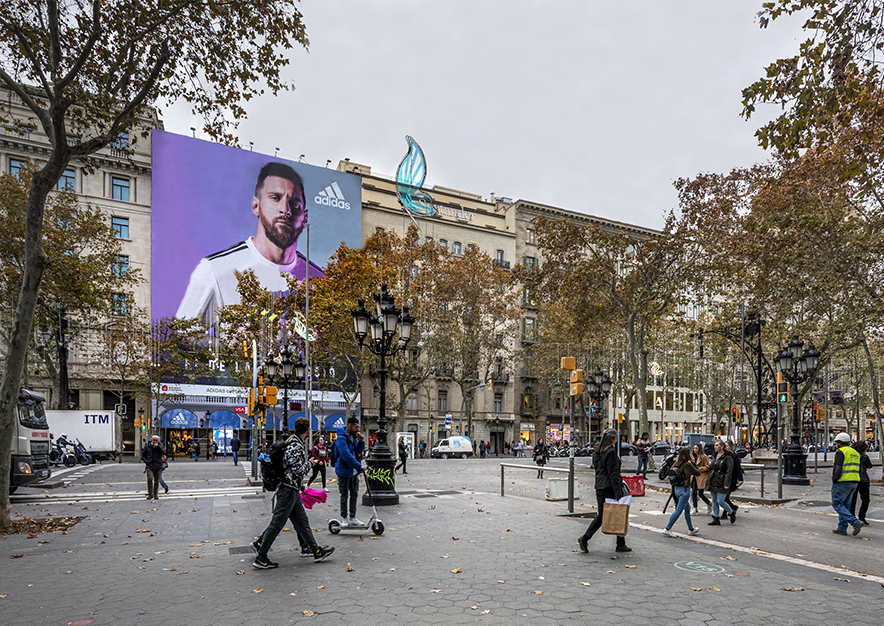 lona-publicitaria-barcelona-paseo-de-gracia-3-adidas-dia-vsa-comunicacion