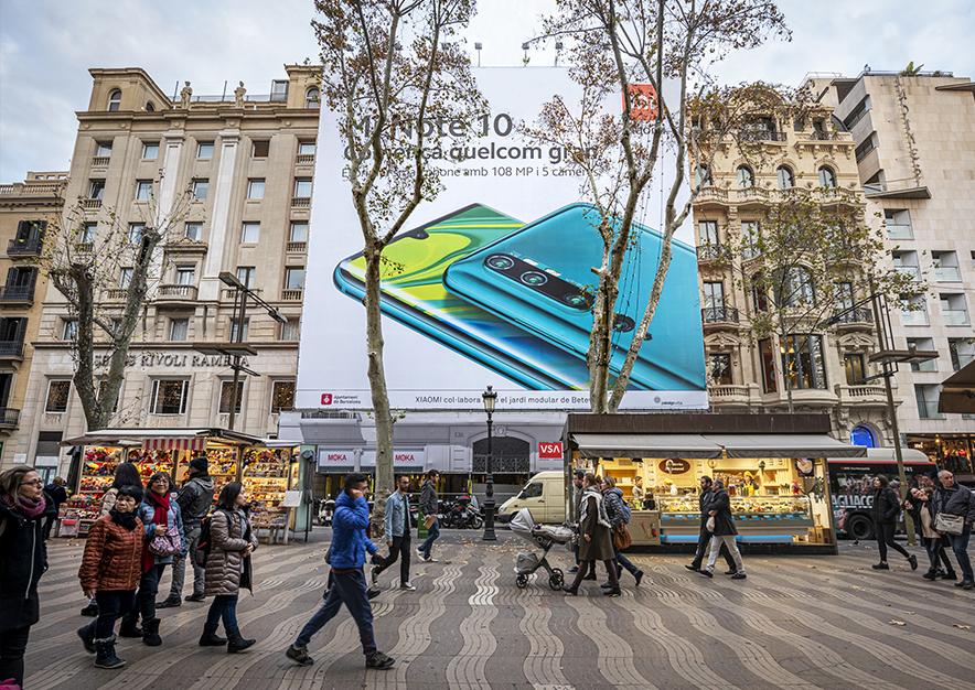 lona-publicitaria-barcelona-ramblas-126-xiaomi-dia-vsa-comunicacion