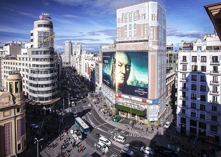 lona-publicitaria-madrid-gran-via-46-enero-amazon-dia-vsa-comunicacion