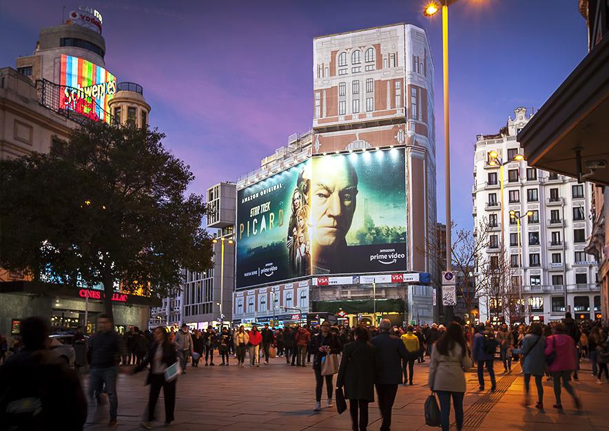 lona-publicitaria-madrid-gran-via-46-enero-amazon-noche-vsa-comunicacion