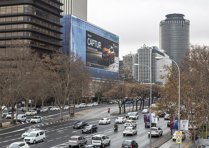 lona-publicitaria-madrid-paseo-castellana-enero-renault-dia-vsa-comunicacion