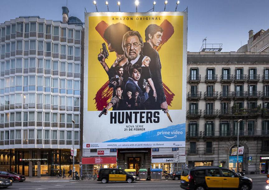 lona-publicitaria-barcelona-ronda-universidad-16-amazon-hunters-febrero-noche-cerca-vsa-comunicacion