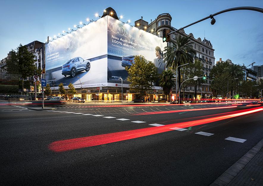 lona-publicitaria-barcelona-avenida-diagonal-490-octubre-audi-noche-vsa-comunicacion