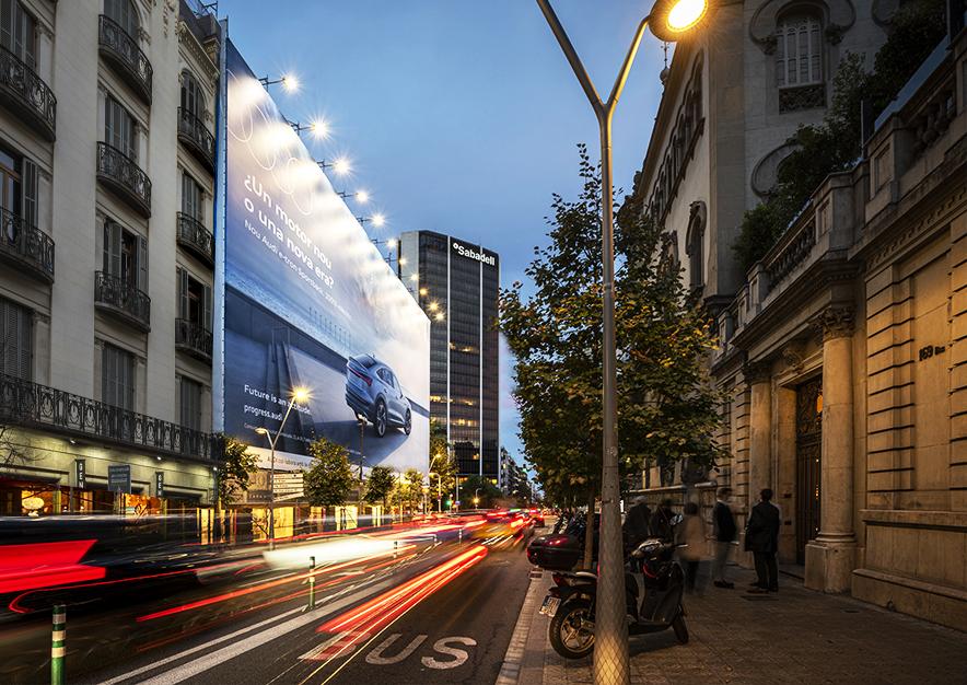 lona-publicitaria-barcelona-avenida-diagonal-490-octubre-audi-lateral-noche-vsa-comunicacion