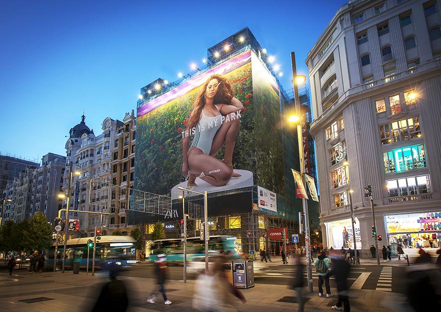lona-publicitaria-madrid-gran-via-34-adidas-noche-vsa-comunicacion