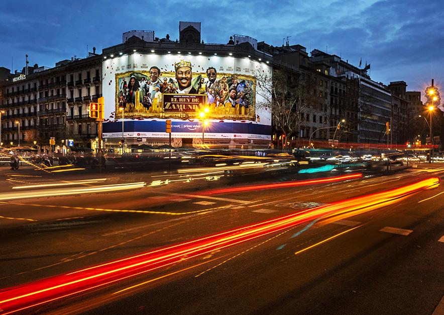 lona-publicitaria-barcelona-rambla-catalunya-15-amazon-febrero-noche-vsa-comunicacion