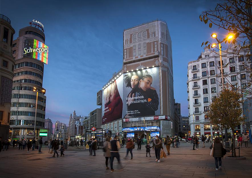 lona-publicitaria-madrid-gran-via-46-zalando-noche-vsa-comunicacion