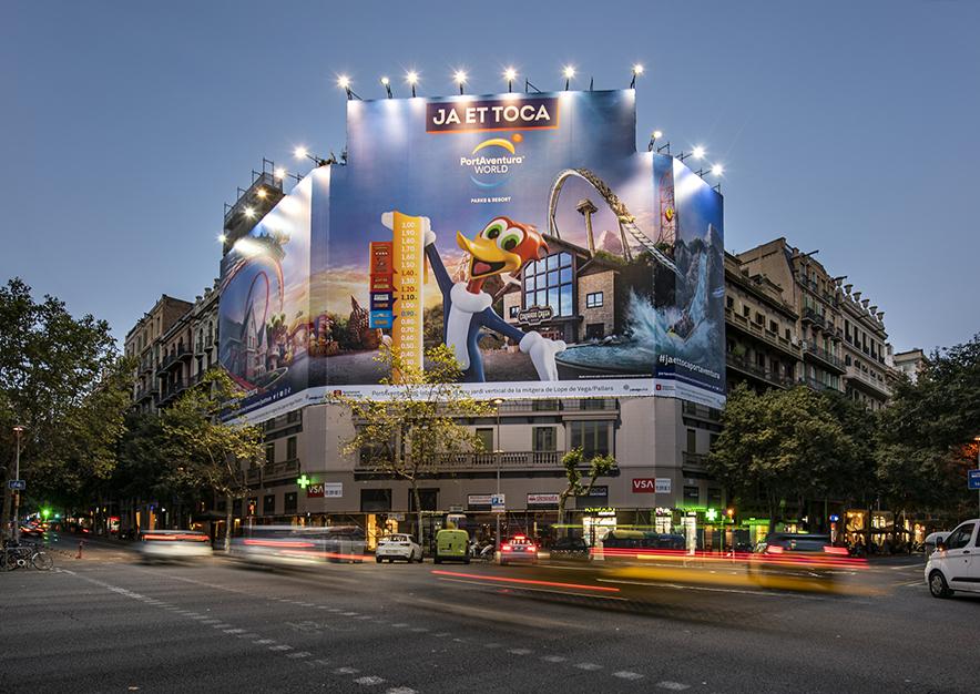 lona-publicitaria-barcelona-muntaner-184-paris-portaventura-noche-vsa-comunicacion