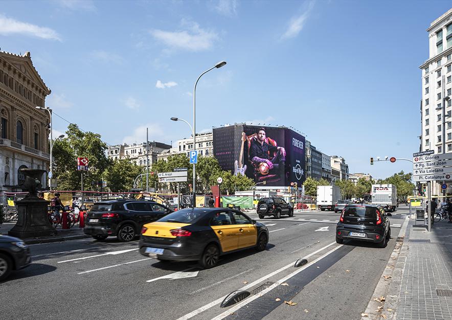 lona-publicitaria-barcelona-paseo-gracia-18-hardrock-messi-septiembre-dia-vsa-comunicacion