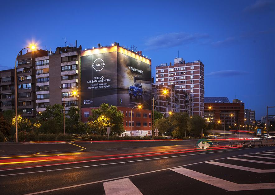 lona-publicitaria-madrid-avenida-america-45-nissan-aerea-noche-vsa-comunicacion-1