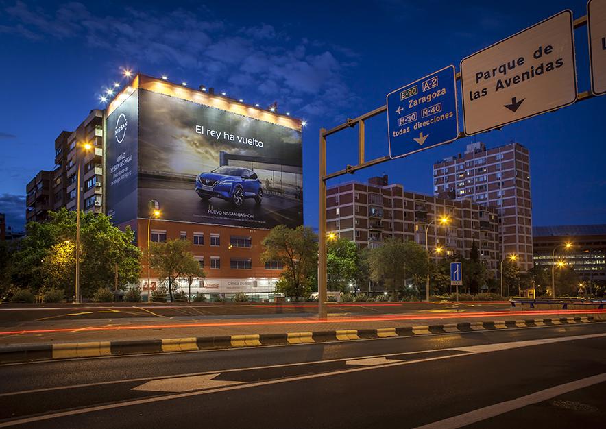 lona-publicitaria-madrid-avenida-america-45-nissan-noche-vsa-comunicacion