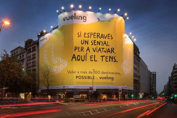 Lonas publicitarias possible by vueling publicidad for Oficinas vueling barcelona